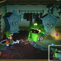 Luigi aspire les fantômes dans Luigi's Mansion avec son aspirateur