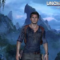 Uncharted Nathan Drake prend la pose devant un décor de montagne avec le logo du jeu en haut à droite