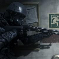 Call of Duty Modern Warfare Remastered soldat casqué et armé d'un fusil à pompe se dirige vers une sortie de secours