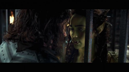 Warcraft - Le commencement Lothar enfermé approche son visage de Garona