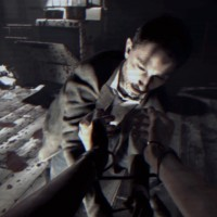 Resident Evil 7 - Beginning Hour personnage essaye de couper les liens