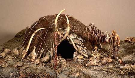 Hutte préhistorique fabriquée avec des os de mammouth