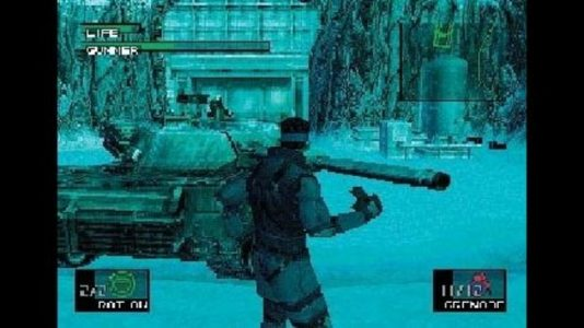 Metal Gear Solid Snake tient une grenade devant un tank