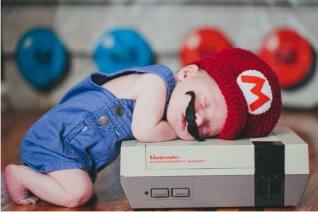 bébé déguisé en Mario Bros dort sur une Nes