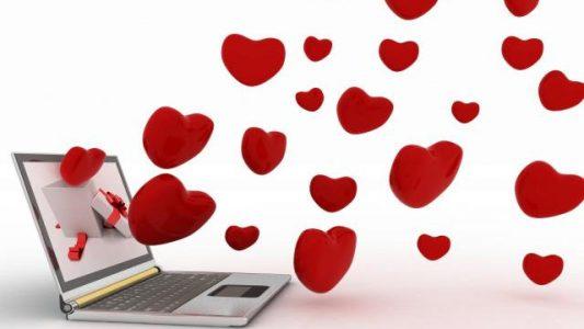 PC portable avec des coeurs qui s'échappent de l'écran