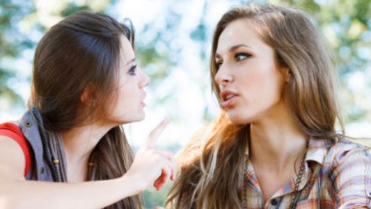 Et soudain tout change deux filles discutent