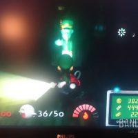 Journal Nostalgie Luigi illumine une salle avec sa torche sous l'oeil d'un fantôme soldat