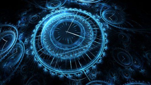 grande horloge bleue symbolisant le retour dans le temps