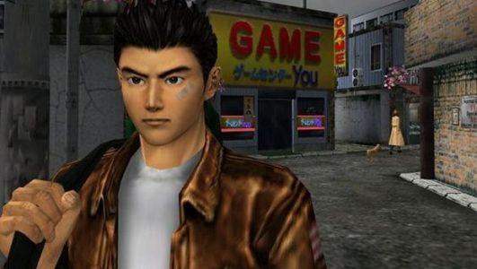 Shenmue Ryo Hazuki porte son sac à dos devant un magasin de jeux