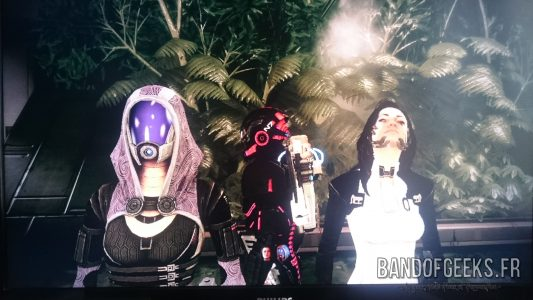 Mass Effect 2 Shepard est entouré de Tali et Miranda