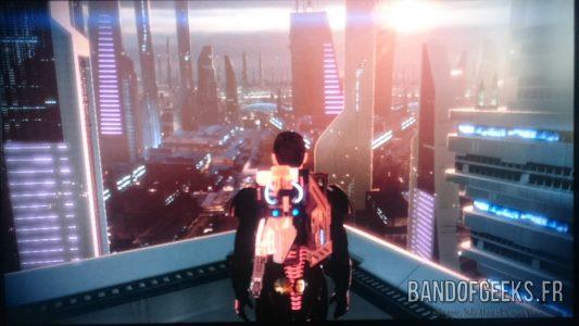 Mass Effect 2 Shepard admire la vue de la ville