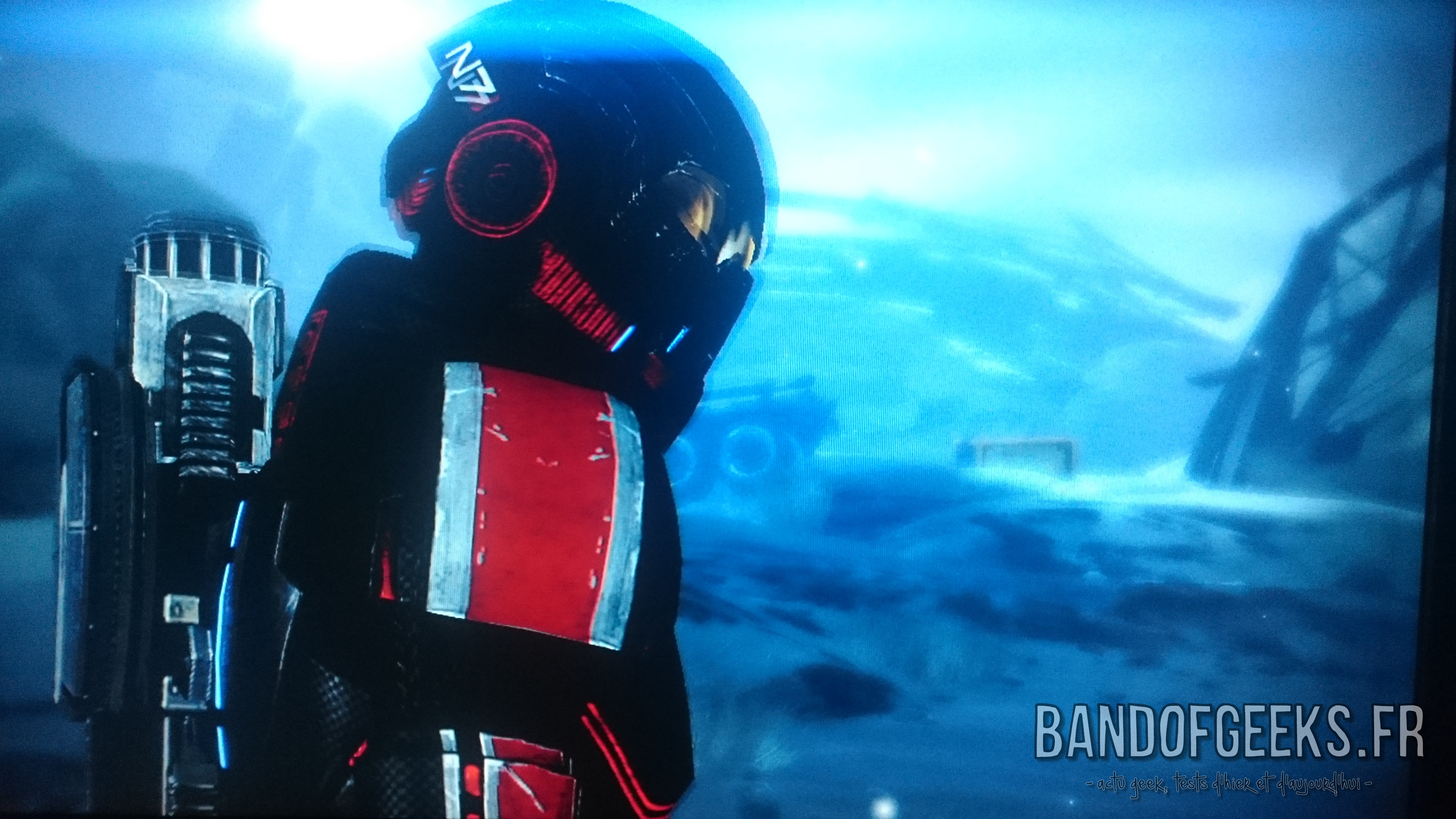 Mass Effect 2 Shepard avec sa combinaison prend la pose