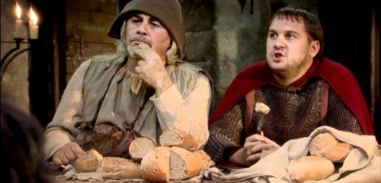 Kaamelott Karadoc et Guethenoc mangent