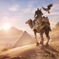 Assassin's Creed Origins Bayek à dos de chameau avec son aigle à côté