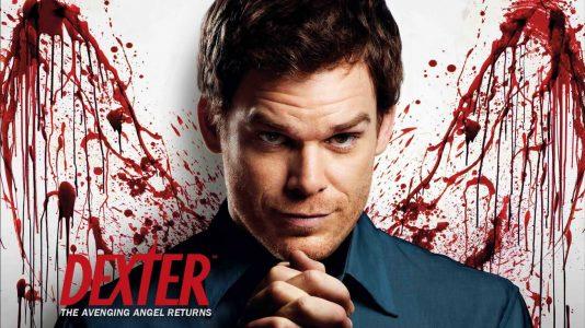 Dexter pose devant un mur ensanglanté