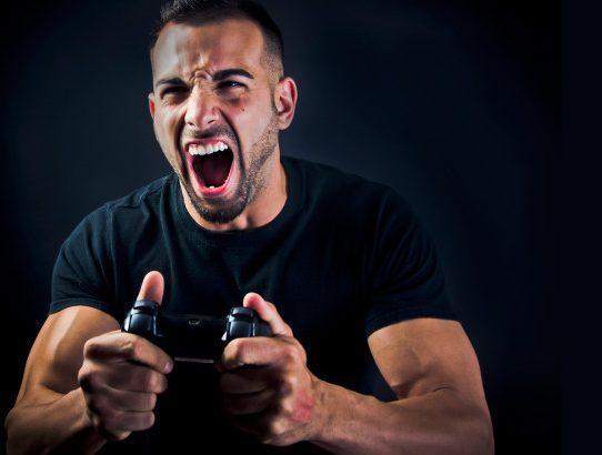 Joueur avec une manette dans les mains qui hurle