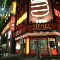 Yakuza Kiwami Kiryu prend la pose devant le club Sega