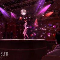 Yakuza Kiwami Kiryu admire une danseuse au cabaret