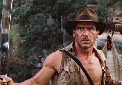 Indiana Jones sur un pont avec une machette