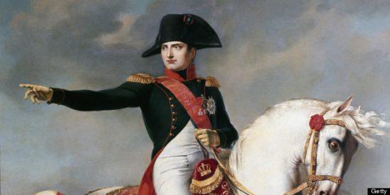 Napoléon sur son cheval pointe du doigt quelque chose