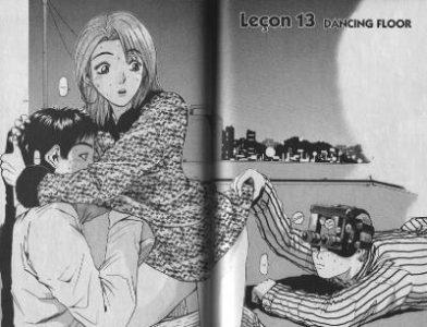 GTO Onizuka regarde sous la robe d'une fille avec une caméra