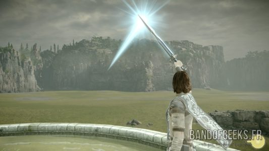 Shadow of the Colossus Wander renvoie les rayons du soleil avec son épée