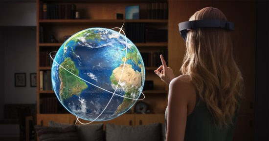 Hololens femme fait tourner la Terre
