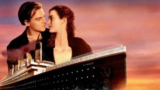 Titanic Rose et Jack se regardent dans les yeux sur fond de couché de soleil