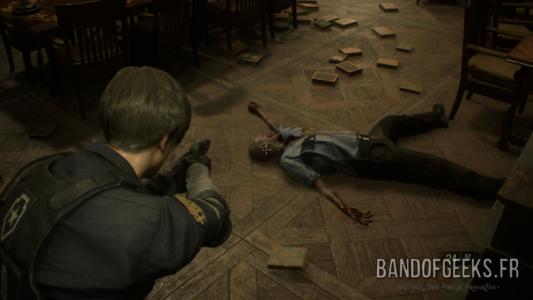 Resident Evil 2 Léon vise un zombie à terre