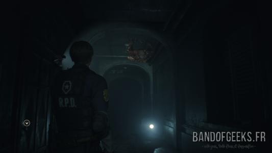 Resident Evil 2 Léon éclaire un Licker au plafond avec sa lampe torche