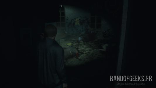 Resident Evil 2 Léon éclaire des corps qui jonchent le sol