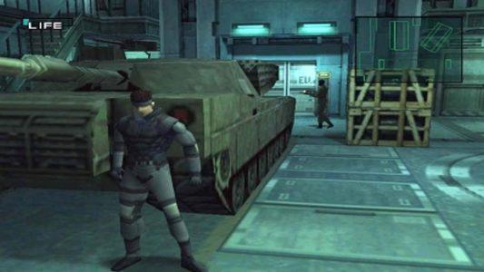 Metal Gear Solid Snake se cache derrière un tank