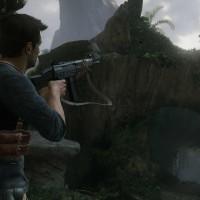 Uncharted Nathan Drake vise un ennemi en hauteur avec une mitrailleuse